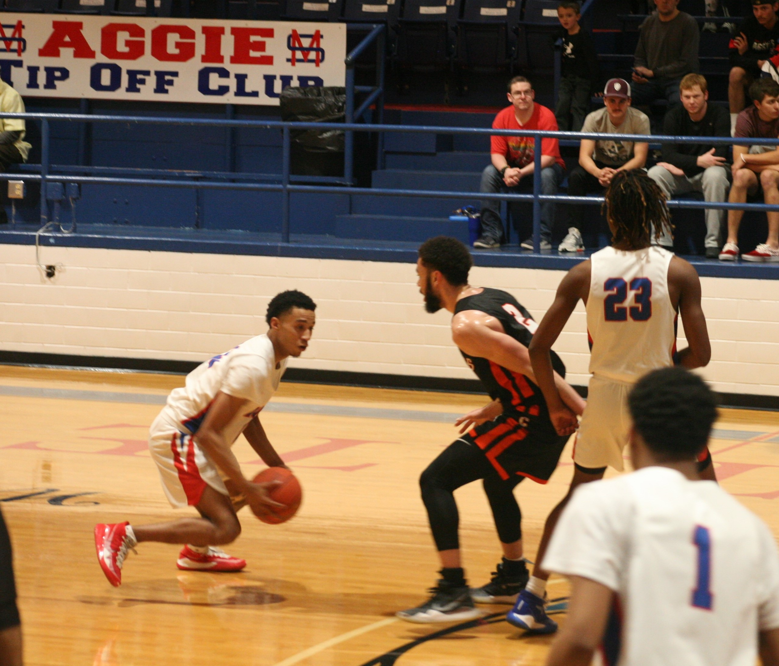 Late surge propels MSC men's basketball team to win, remain undefeated in regional play
